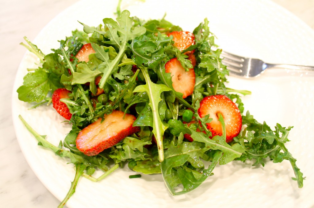 Paleo strawberry salad with peas and almonds - The 2 Seasons