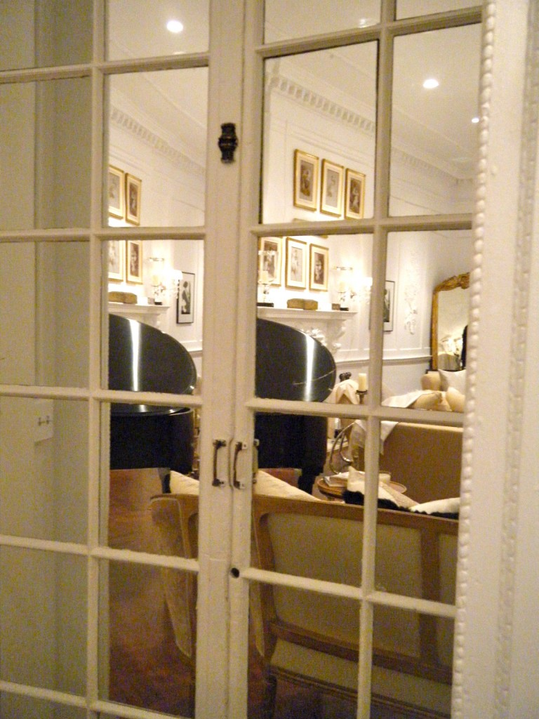 Visual tricks to enlarge a small space for Mirrors for small spaces