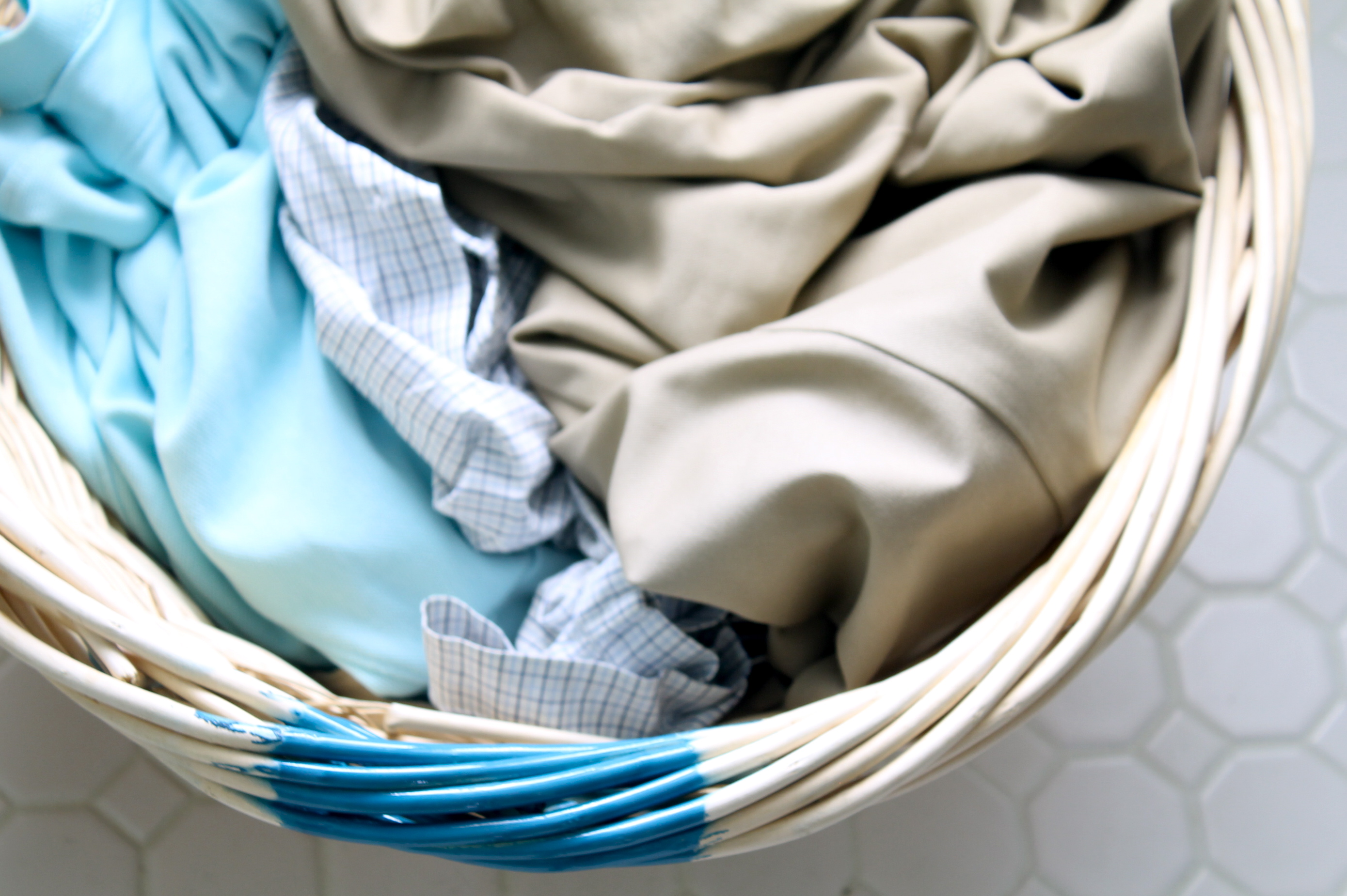 Color-coded laundry basket - The 2 Seasons