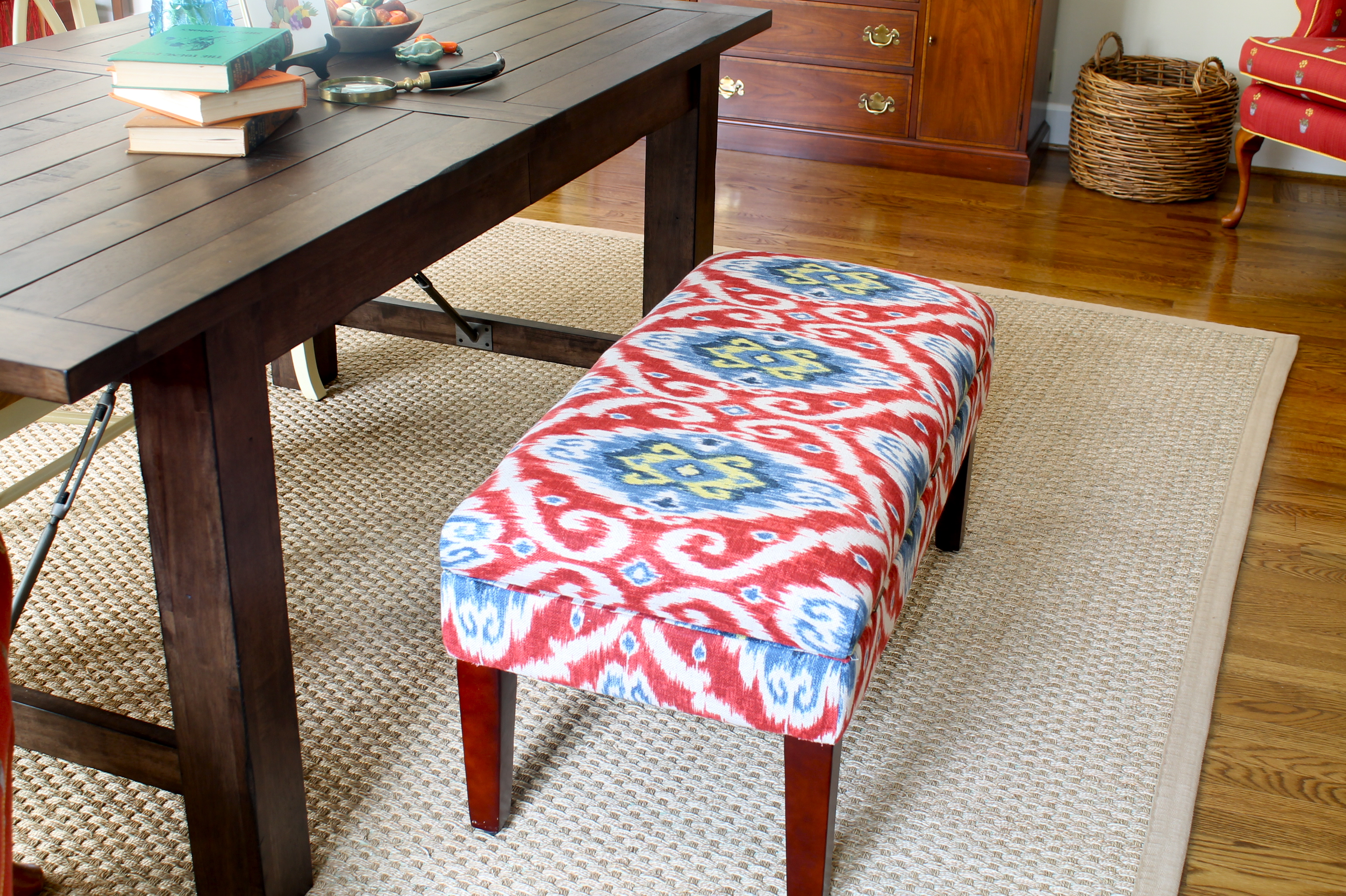 Upholstered bench in the dining room - The 2 Seasons