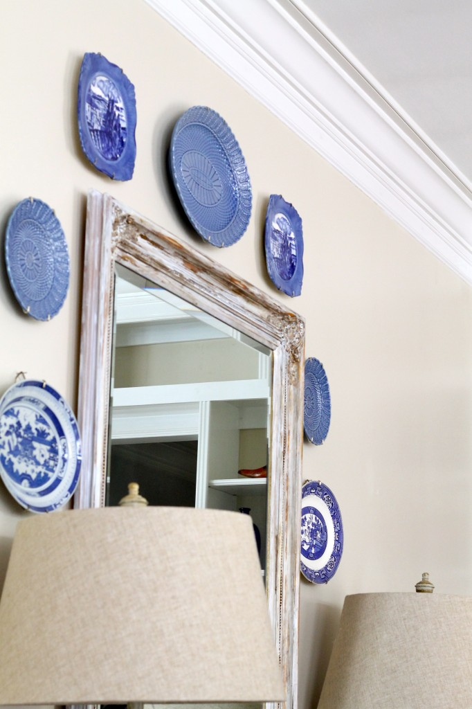 Blue plates add color to a neutral wall - The 2 Seasons