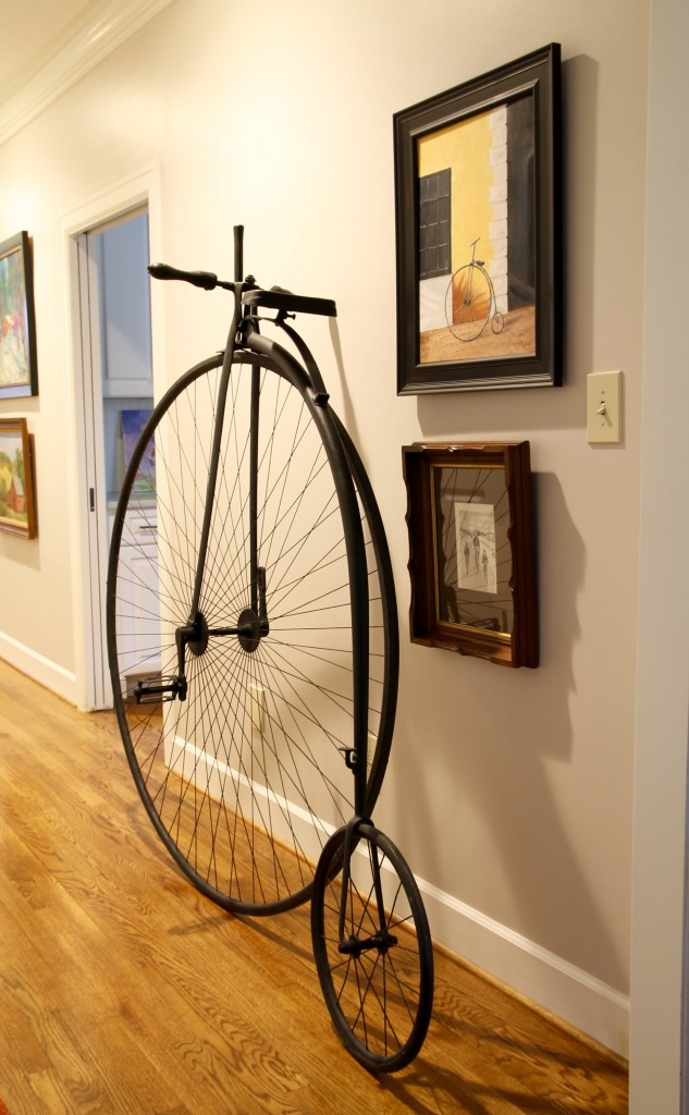 Antique bicycle as accessory - The 2 Seasons