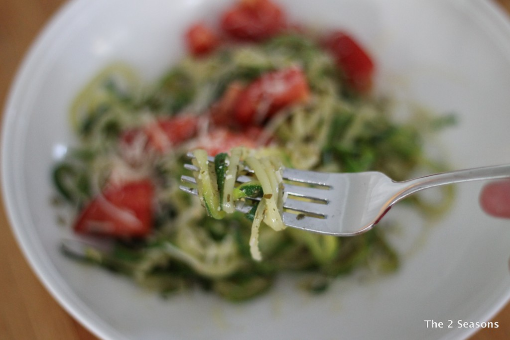 Spiralized zucchini with pesto - The 2 Seasons