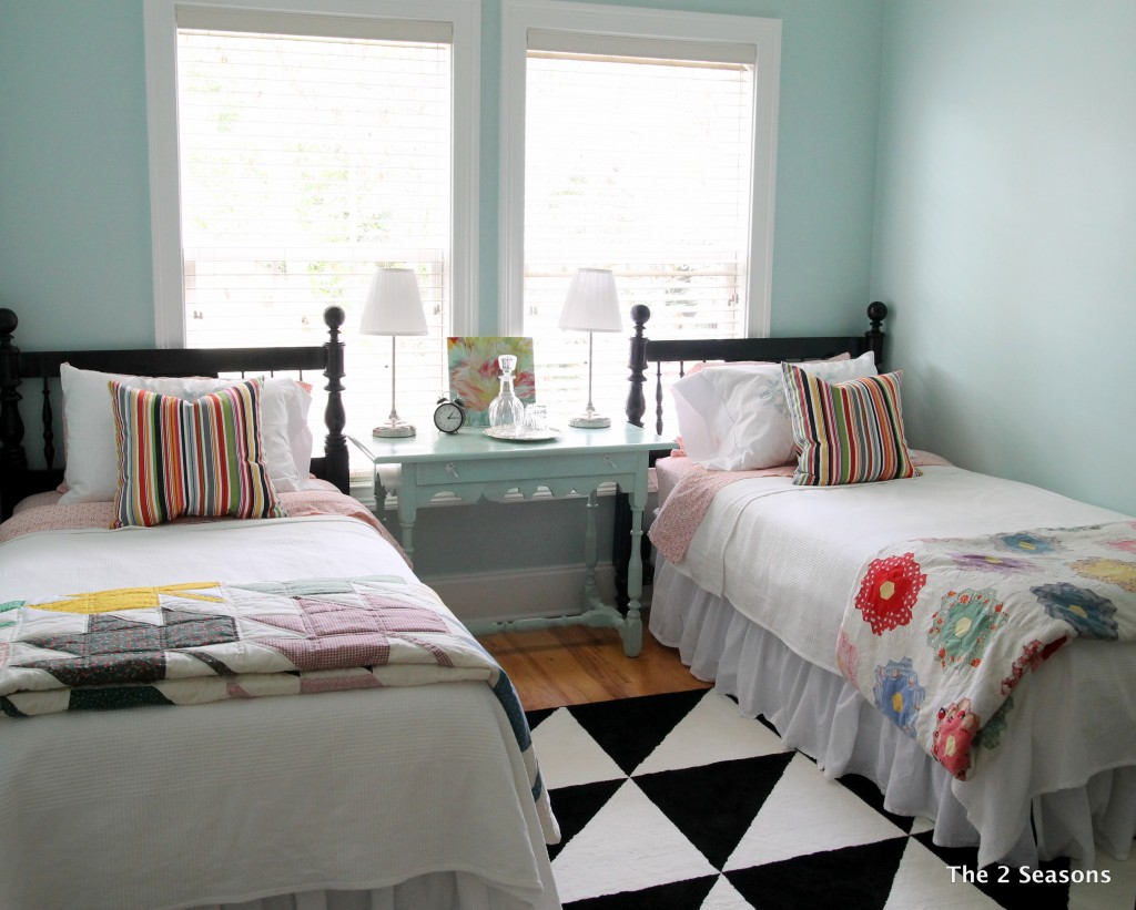 Black headboards in the guest room - The 2 Seasons