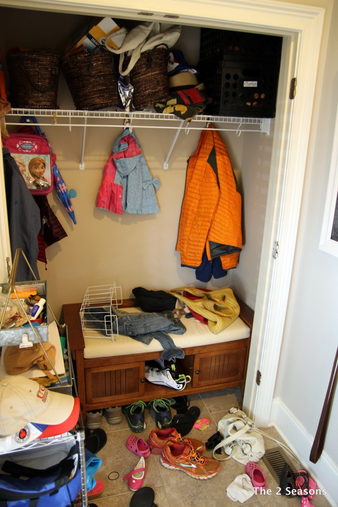 Mudroom before - The 2 Seasons